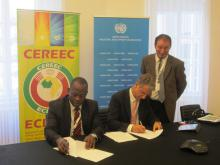Mahama Kappiah, Executive Director of ECREEE and Giovanni de Santi, JRC-IET Director, sign the MoU
