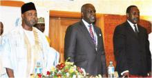 Da direita para a esquerda: Sr. Namadi Sambo, Vice-presidente da Nigéria, Sr. Bart Nnaji, Ministro de Energia, Sr. Kandeh K. Yumkella, DG da ONUDI