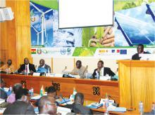 Secção transversal de participantes na reunião de adopção de políticas regionais tendo como alvo o acesso à energia e a pobreza energética